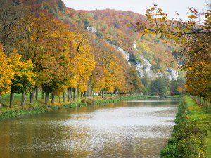 Ein schöner alter Kanal, im Hintergrund erkennt man den Eingang der Tropfsteinhöhle Schulerloch,