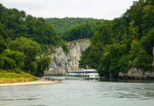 Ausflugsschiff zwischen Kelheim und Weltenburg